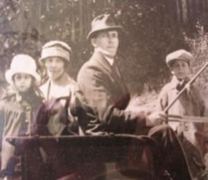 Farfar Carl med hustru Lydia och barnen Georg och Judit