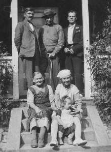 Johan och Ida tillsammans med tre av sina barn och ett barnbarn (min mamma) 1935.