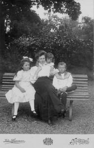 Ellen med barnen Elsa, Gösta och Arne