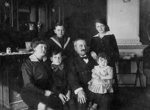 Magnus och Ellen med alla barnen