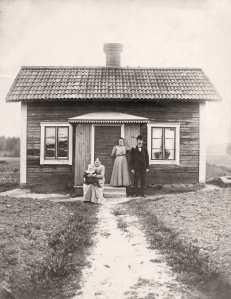 Mormor och morfar (enda kortet jag har på honom) och Sofia Bergvall med dottern Märta i knät, 1912 framför torpet