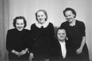Mormor och döttrarna (min mamma med spetskrage)