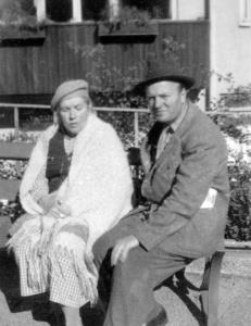 Elin med sonen Einar utanför Sabbatsbergs sjukhus