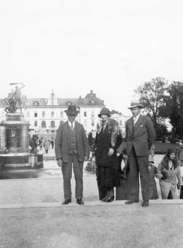 Sadelmakarens yngsta barnbarn Elvina framför Drottningholm